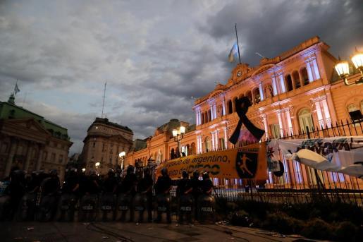 Efectivos de la Policía a las puertas de la Casa Rosada donde miles de personas esperan la apertura del velatorio de Diego Armando Maradona.