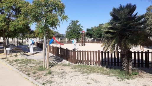 Operarios de Emaya desinfectaban uno de los parques de Palma para evitar que los niños se contagiasen de coronavirus.