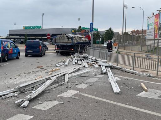 Parte de la carga del camión se ha caído al salir de una rotonda en Palma.