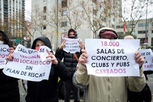 Protesta de empresarios y trabajadores del ocio nocturno y la cultura ante el Ministerio de Asuntos Económicos en Madrid, este jueves, para exigir un plan de choque y rescate.