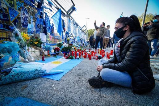 Una aficionada del Napoles homenajea a Maradona en los aledaños del estadio San Paolo.