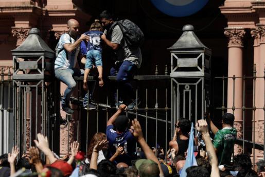 Los seguidores de Maradona han asaltado la Casa Rosada para despedirse de su ídolo.