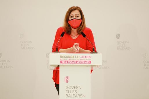La presidenta del Govern, Francina Armengol, ha comparecido tras las reuniones mantenidas con representantes de los Consells y ayuntamientos.