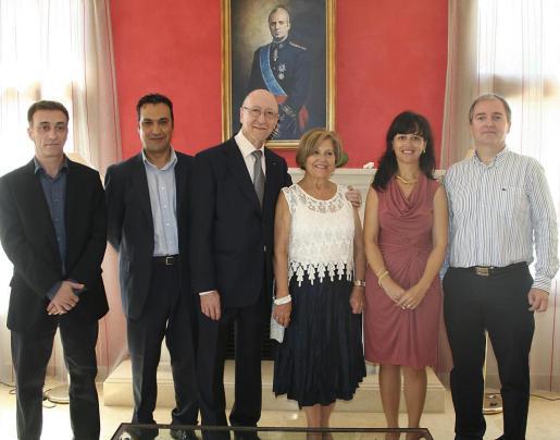 El matrimonio Garrido-Pascual, con sus hijos, Massi, Luis, María y Manuel, en uno de los salones de Es Fortí.