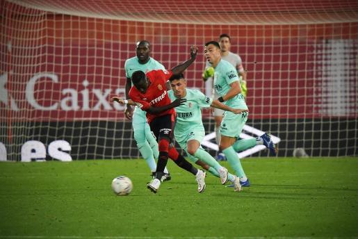 Lance del partido entre el Real Mallorca y el Sporting de Gijón disputado en Son Moix.