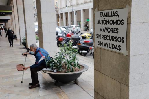 Palma ha despertado con millares de carteles con diversos mensajes que intentan sensiblizar a la opinión pública de los estragos que está causando la pandemia.