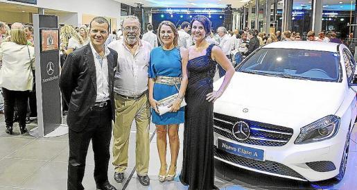 Francisco Vidal, con sus hijos Andreu, Carmen y María, durante la inauguración.