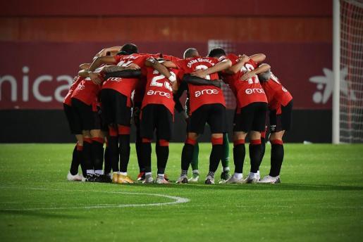 Los jugadores del Mallorca se conjuran antes del inicio de un partido en Son Moix.
