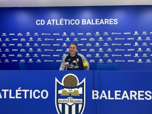 Imagen del entrenador del Atlético Baleares, Jordi Roger, en la sala de prensa del Estadi Balear.