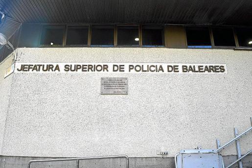 La policía sancionada estaba en la garita de la Jefatura Superior de Palma.