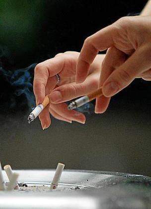 Desde este sábado se permite fumar en la calle si se mantiene la distancia.