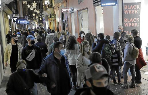 Las calles del centro registran más público de lo habitual con resultados dispares en las tiendas.