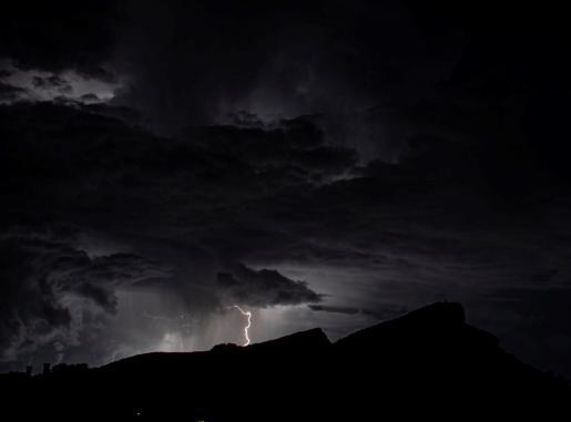Tormenta eléctrica en el cielo de Sant Elm, Mallorca, este viernes.