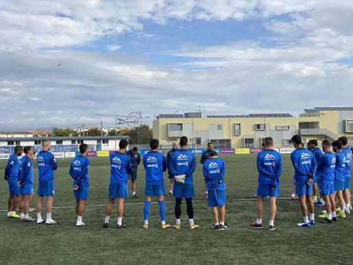 Los jugadores del Atlético Baleares reciben las instrucciones de su entrenador, Jordi Roger, durante un entrenamiento en Son Malferit.