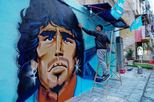 El artista Raffo Art finaliza el mural en homenaje a Diego Armando Maradona, este sábado en Nápoles (Italia).
