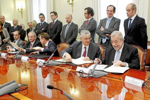 El fiscal general Torres-Dulce (c-d) y el secretario de Estado, Beteta (d), firman un protocolo para destruir la droga decomisada.