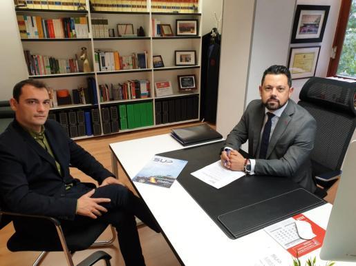 El portavoz del SUP, Manuel Pavón, junto al letrado Eduardo Luna.