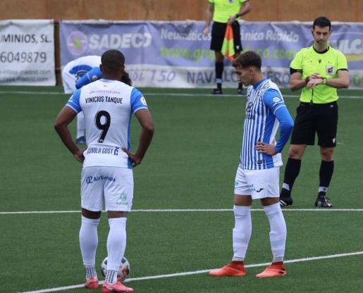 Los jugadores del Baleares se disponen a sacar desde el centro del campo.