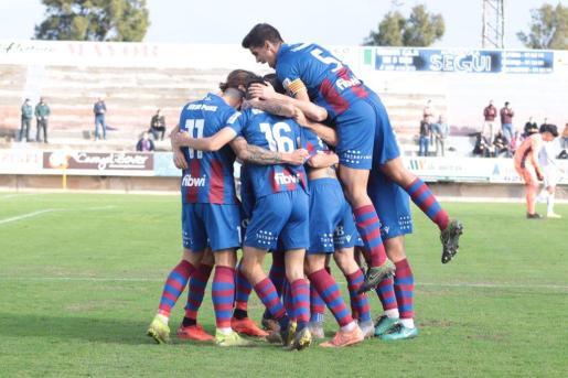 Los jugadores del Poblense celebran el gol en el municipal.