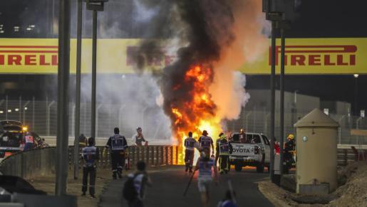 El coche en llamas en el momento del accidente.