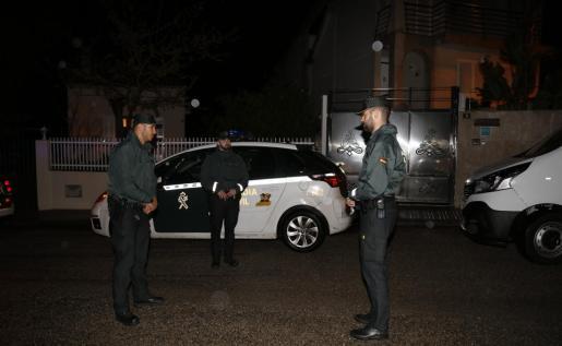 La Guardia Civil sanciona al propietario de la cafetería.