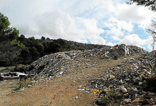 El vertedero acumula todo tipo de residuos. Fotos: MICHELS