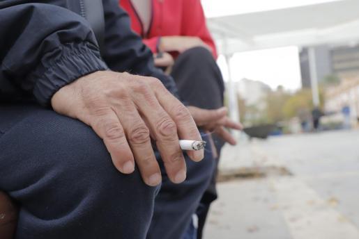 Las restricciones aprobadas por las distintas administraciones para el consumo de tabaco en la calle pueden haber influido en la caída en las ventas, si bien la razón esencial está en que este año no han venido turistas y, por lo tanto, no lo han consumido.