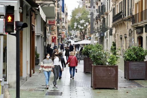 La calle Oms, con poca gente de pasea por la mañana.
