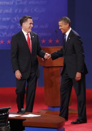 Barack Obama y Mitt Romney se saludan antes de iniciar el debate.