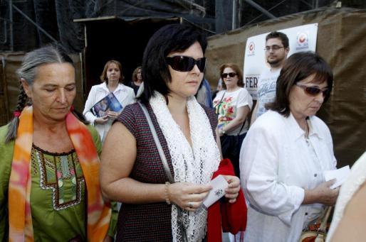 Ruth Ortiz (c), madre de José y Ruth, los dos niños de 2 y 6 años desaparecidos en octubre de 2011 en Córdoba, acompañada por su tía Rafaela Ramos (i) y su madre, Obdulia, a su llegada a la misa de Gloria celebrada en la Catedral de la capital cordobesa en memoria de los pequeños, que ha sido oficiada por el obispo de Córdoba, Demetrio Fernández.    ESPAÑA SUCESOS DESAPARICIÓN