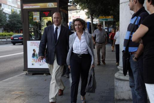 Andreu Alcover y Aina Calvo, a su llegada a los juzgados esta mañana.