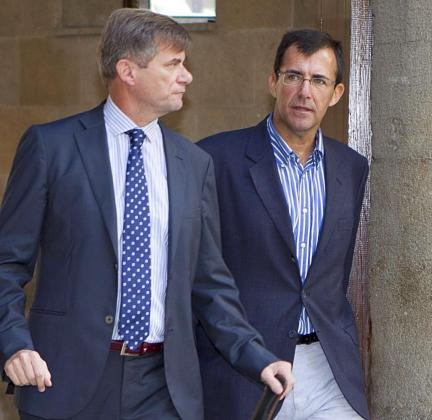 El exconseller de Turismo de UM Miquel Nadal (d), junto a su abogado, José Zaforteza.