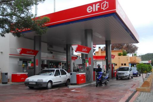 Los agentes de la Benemérita lograron detener in fraganti a los dos jóvenes. Imagen de archivo de una gasolinera de Calvià.