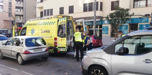 Una ambulancia medicalizada y agentes de la Policía Local de Palma han acudido al lugar del accidente.