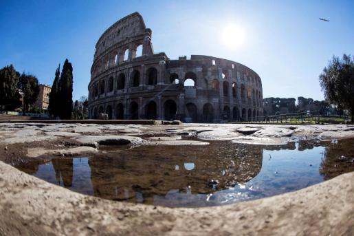 Se desconoce de donde fue sacada la piedra, presumiblemente algún punto de los Foros Romanos. En la imagen una vista del Coliseo romano.