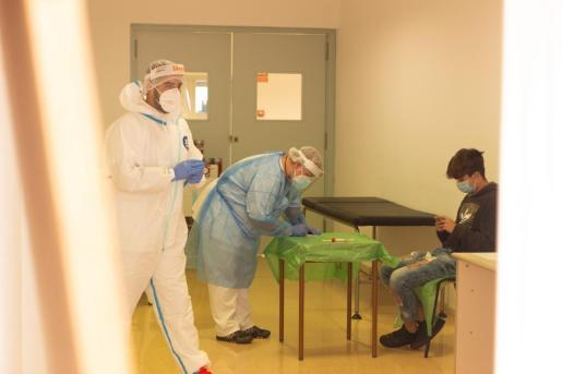 Sanitarios realizando pruebas de PCR.