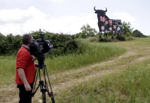 La valla publicitaria del toro de Osborne, al estar catalogada por el Patrimonio del Estado como Bien de Interés Cultural, queda al margen de la nueva normativa regulatoria del Govern y del Consell.