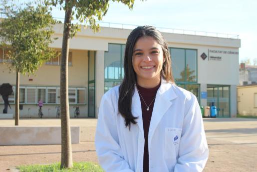 La alumna de doctorado posa sonriente en el campus de la carretera de Valldemossa.