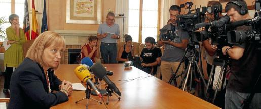 La rectora de la UIB atiende a los medios de comunicación.