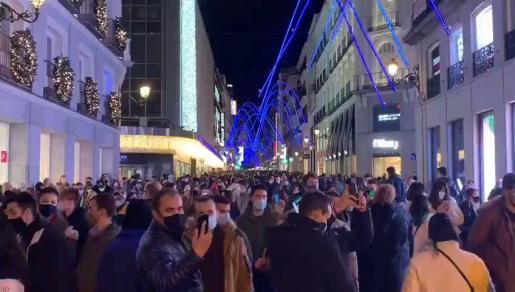 Las luces navideñas ya han provocado aglomeraciones, que el Gobierno pide evitar.