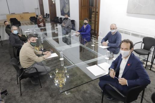El conseller Marc Pons se reunió con los alcaldes y representantes de la comarca de Llevant así como de la plataforma.