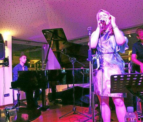 Concierto de Stefanie en el Blue Jazz Club del hotel Saratoga.