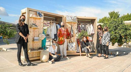 Empresarios textiles de la Isla, en la presentación de un armario de moda.