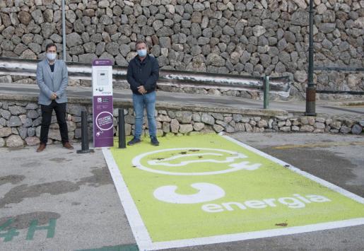 El Presidente de U energia, Antoni Frontera, y el Alcalde de Fornalutx, Xisco Marroig, han acudido a comprobar la activación y correcto funcionamiento de los dos primeros puntos de recarga para coches eléctricos que se han instalado en Fornalutx.