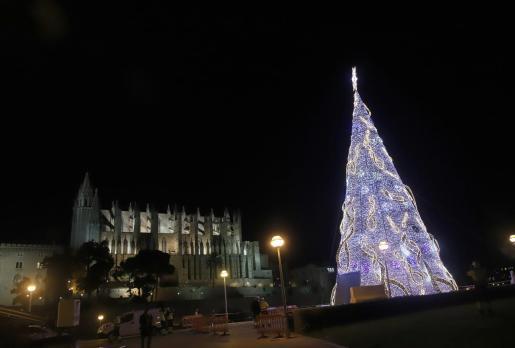 Las luces de Navidad ya adornan la ciudad.