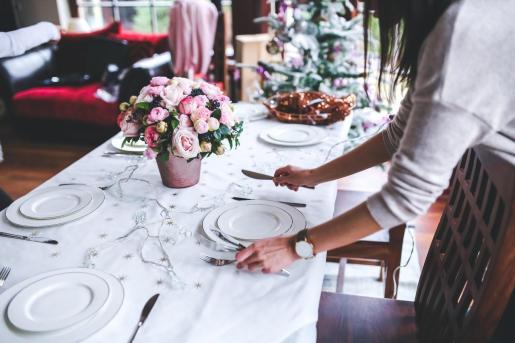La mesa la debe poner una sola persona para evitar contagios, según los especialistas.