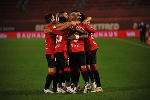 Los jugadores del Mallorca celebran el primer gol conseguido el pasado fin de semana ante el Logronés.