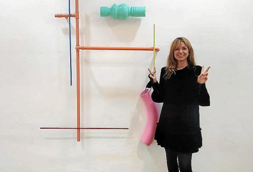 Rachel Warrilow delante de una de las obras.
