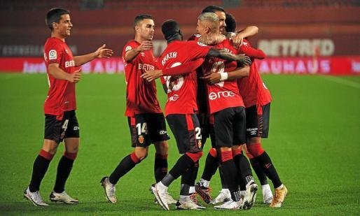 Los jugadores del Mallorca celebrando el gol de Salva Sevilla ante el Logroñés.