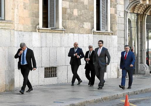 Un grupo de abogados de las acusaciones particulares del caso.
